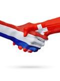 Drapeaux pays de Pays-Bas, Suisse, concept de poignée de main d'amitié d'association Image libre de droits