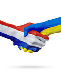 Drapeaux pays de Pays-Bas, Ukraine, concept de poignée de main d'amitié d'association Photo stock