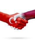 Drapeaux pays de république turque, Qatar, concept de poignée de main d'amitié d'association Images stock