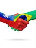 Drapeaux pays de Taïwan, Brésil, concept de poignée de main d'amitié d'association Image libre de droits
