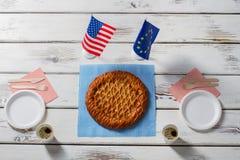 Drapeaux près de tarte et de plats Photographie stock libre de droits
