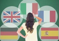 drapeaux principaux de langue autour de la pensée de femme de youn Fond vert-foncé Images stock