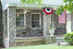Drapeaux rouges, blancs et bleus sur le porche Images libres de droits