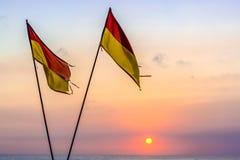 Drapeaux rouges et jaunes de sécurité de plage Images stock