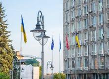 Drapeaux sur la place de l'indépendance dans Vinnytsya Photo libre de droits