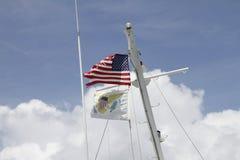 Drapeaux sur le mât d'un bateau Photographie stock