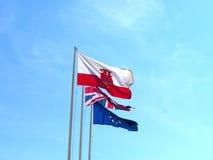 Drapeaux sur le rocher de Gibraltar à l'entrée vers la mer Méditerranée Photo libre de droits