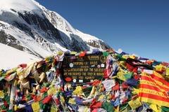 Drapeaux tibétains au passage de montagne de La de Thorong photographie stock libre de droits