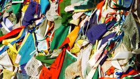 Drapeaux tibétains de prière soufflant dans le vent banque de vidéos