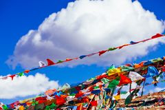 Drapeaux tibétains de prière sous le ciel bleu profond Photos stock