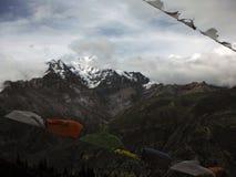 Drapeaux traditionnels de prière avant la crête de l'Himalaya de Chulu Photographie stock