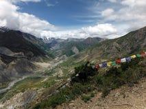 Drapeaux traditionnels de prière dans le paysage de l'Himalaya Photographie stock