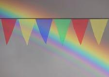 Drapeaux triangulaires colorés multi accrochant dans le ciel à un extérieur Photos libres de droits