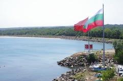 Drapeaux turcs et bulgares à la frontière Photographie stock