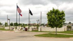 Drapeaux volant chez Memorial Park du v?t?ran, Ennis, le Texas photos stock