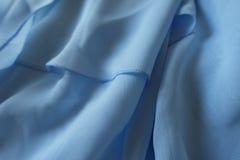 Draperat chiffongtyg i pastellblåttfärg royaltyfria foton