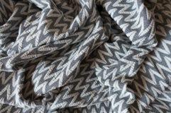 Draperat grått tyg med den geometriska modellen Royaltyfri Bild