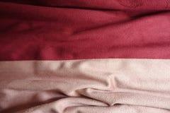 Draperat konstgjort mockaskinntyg i rosa och rött royaltyfria bilder