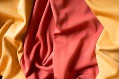 Draperat orange och rött ärmlös tröjatyg arkivfoton