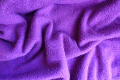 Draperat tunn ljus violet stuckit tyg fotografering för bildbyråer