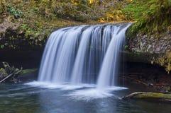 Draperende waterval met close-upmening royalty-vrije stock afbeelding
