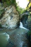 Draperende waterval in Nauwe valleikreek in Watkins Glen State Park New York royalty-vrije stock afbeeldingen