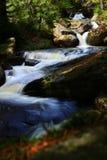 Draperende watervallen in bergbos Stock Fotografie
