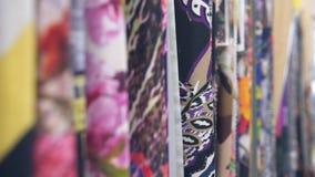 drapery Centenares de diversas telas Selección de diversas opciones del color, movimiento de la cámara a lo largo de telas almacen de video