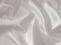 Drapierter weißer Satinhintergrund Lizenzfreie Stockbilder