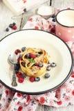 Drappeggia con crespo il pudding con la frutta della foresta Fotografia Stock