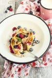 Drappeggia con crespo il pudding con la frutta della foresta Immagine Stock