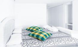 Draps et rideau orientés blancs dans le matin, intérieur de chambre à coucher Images stock