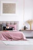 Draps roses sur le lit grand Image stock