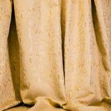 Drapuje złoty adamaszkowy materiał Fotografia Royalty Free