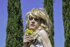 Draq-Königin, die eine Perücke mit Blumen trägt Stockbilder