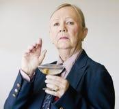 Drastische ältere Frau mit einem Martini Lizenzfreie Stockfotos