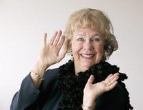 Drastische ältere Frau mit einer Boa Lizenzfreie Stockfotografie