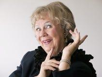 Drastische ältere Frau mit einer Boa Stockfoto