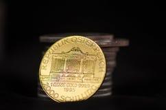 Drastische österreichische Goldmünze lehnt sich an den Silbermünzen Stockbilder