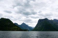 Drastische Abendansicht von Hjorundfjorden-Fjord lizenzfreie stockbilder