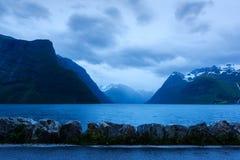 Drastische Abendansicht von Hjorundfjorden-Fjord stockbilder