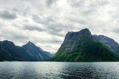 Drastische Abendansicht von Hjorundfjorden-Fjord lizenzfreies stockbild