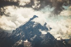 Drastische Ansicht über Berg Antelao mit Wolken in den Dolomit lizenzfreie stockfotos