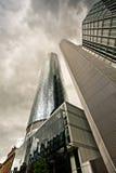 Drastische Ansicht der Wolkenkratzer vor dem Regen Stockbilder