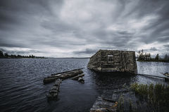 Drastische Ansicht von Karelia See mit altem Bootshaus Lizenzfreies Stockbild