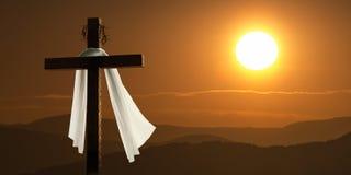 Drastische Beleuchtung des Gebirgssonnenaufgangs mit Ostern-Kreuz Stockfoto