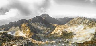 Drastische Berge lizenzfreie stockfotografie