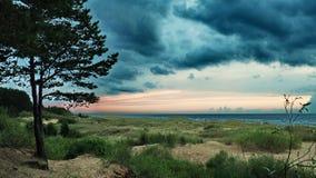 Drastische blaue Wolken über Seeküste Lizenzfreie Stockfotos