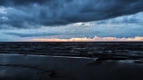 Drastische blaue Wolken am Sonnenunterganghimmel Lizenzfreie Stockfotos