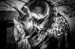 Drastische Dinosaurierskulptur in Schwarzweiss Stockbild
